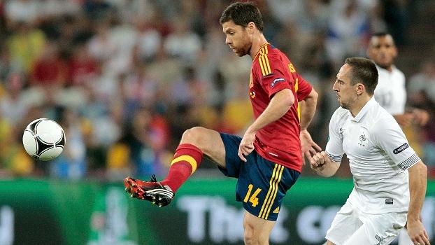 Xabi Alonso disputa bola com Ribery em duelo entre Espanha e França na Eurocopa