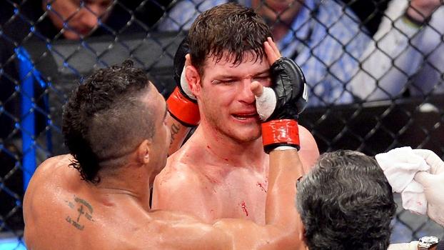 Vitor Belfort consola Michael Bisping; brasileiro acerta chute, apaga rival e vence a luta principal do UFC São Paulo