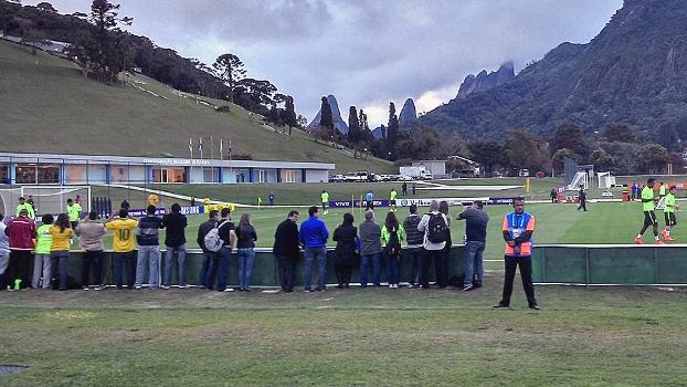 Convidados de patrocinadores da CBF assistem ao treino à beira do gramado: clima festivo
