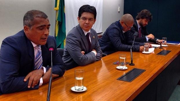 Deputados Romário e Randolfe Rodrigues e o meia Alex em Brasília