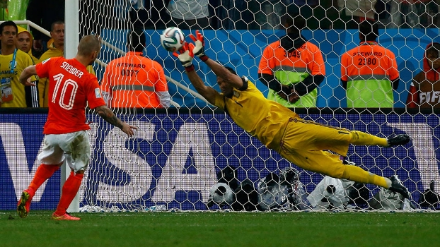 Romero voa para pegar penal de Sneijder e colocar a Argentina na final da Copa do Mundo