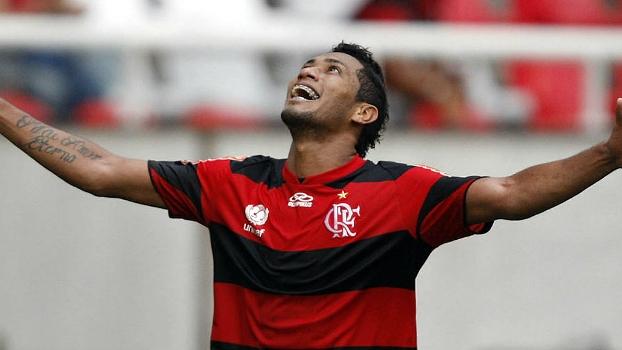 Hernanes fez dois gols na vitória do Flamengo