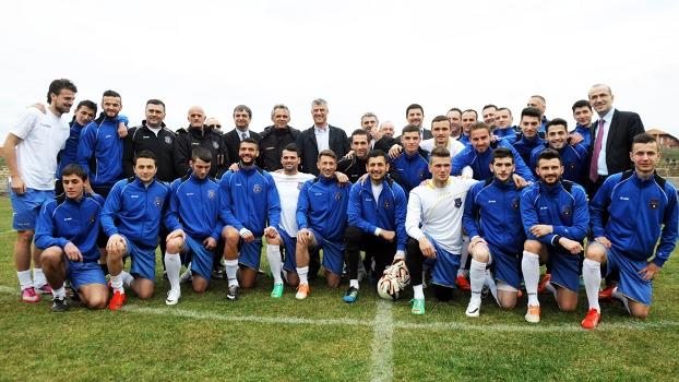 Seleção de futebol de Kosovo posa para foto