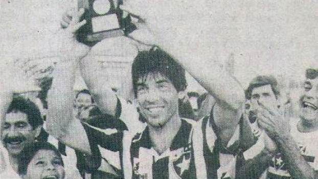 Gottardo levantando a Taça Eduardo Paes em 1994