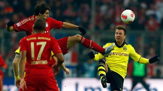 Götze disputa a bola com Javi Martínez; meia anotou o gol de empate do Dortmund