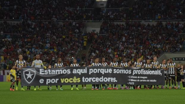 Com salários atrasados, jogadores do Botafogo voltaram a protestar antes de clássico