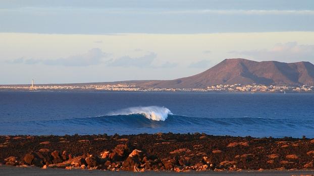 Um direita perfeita sem ninguém com o visual de Lanzarote ao fundo