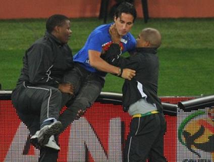 Invasor é detido após atrapalhar a semifinal entre Alemanha e  Espanha; veja