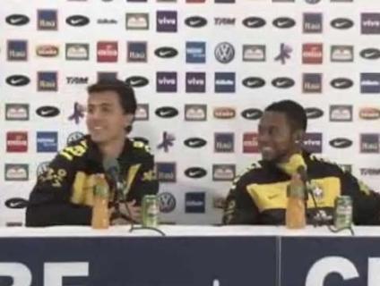 Nilmar e Robinho, em coletiva; atacante do Santos diz que pode  jogar em 'qualquer posição'; veja