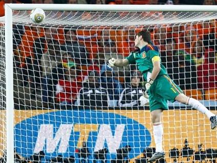 Casillas quase tomou um gol de 'fair-play' no primeiro tempo da  final da Copa