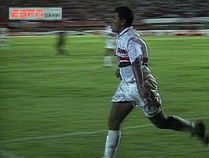 Relembre dois gols do jogador pelo São Paulo!